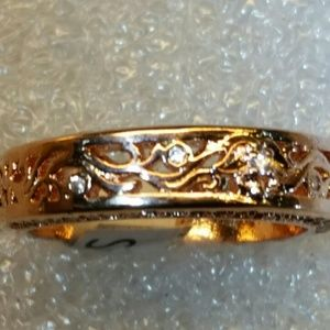 Rose gold 18K filled with white sapphires.